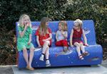 Kinderen op buurtsofa